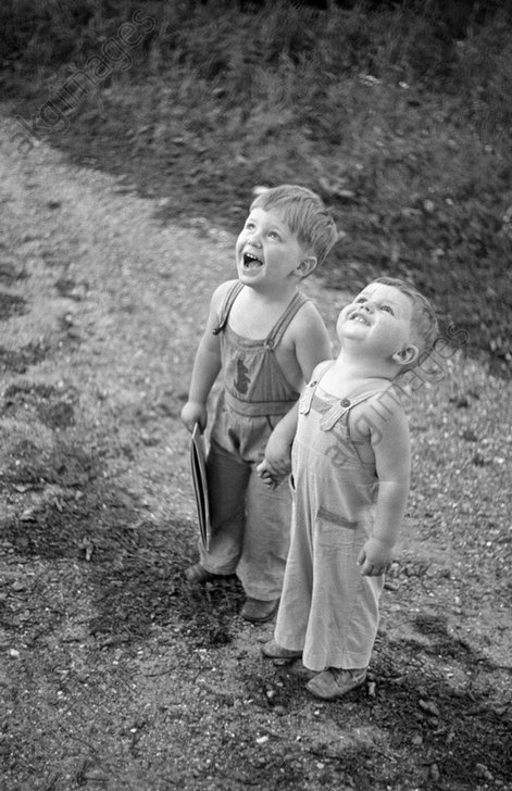 Two brothers holding hands, 1938 © akg-images / George Mann