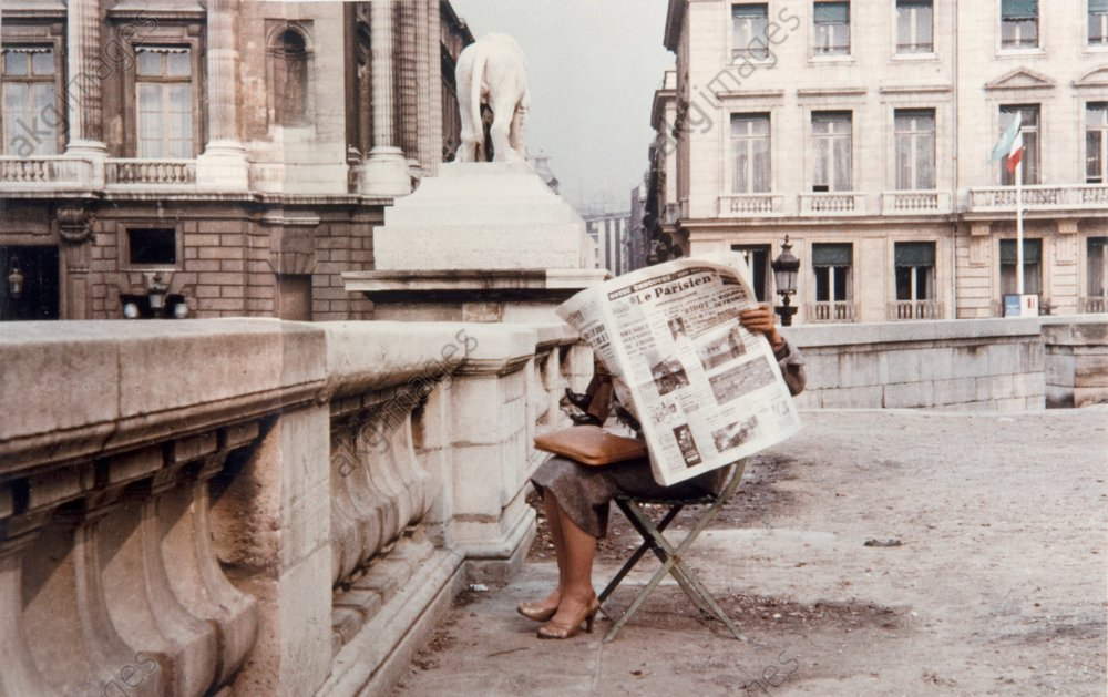 Paris, woman reading a newspaper © akg-images / Peter Cornelius
