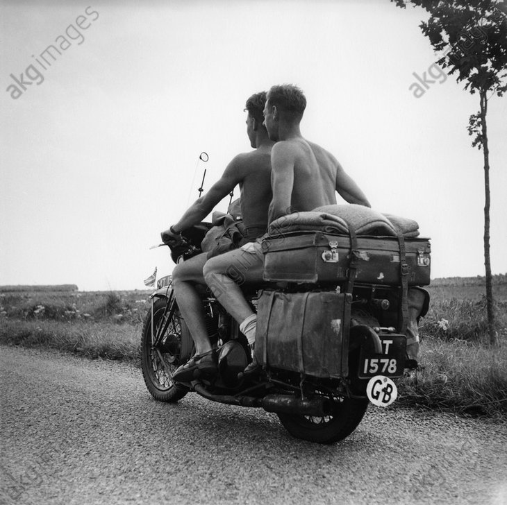 Two English motorcyclists travelling in France, 1960 © akg-images / Paul Almasy