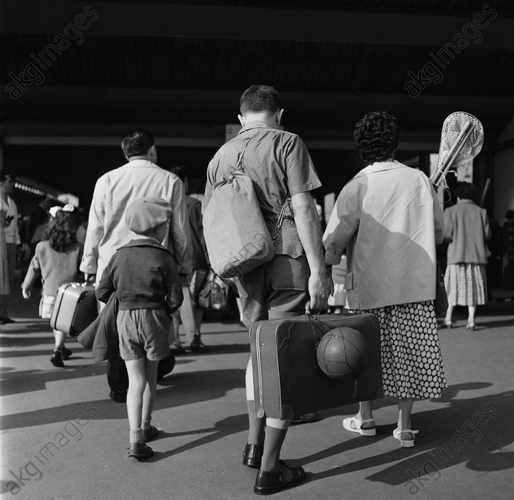 Passengers at a Parisian railway station, 1957 © akg-images
